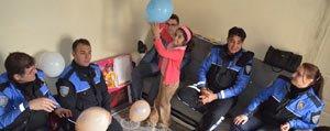 Polisler Küçük Gülsüm`ü Dogum Günü Kutlamasina Katildi