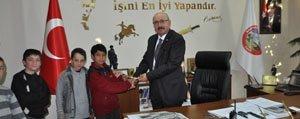 Yolda Bulduklari Saati Belediyeye Teslim Eden Çocuklara Ödül