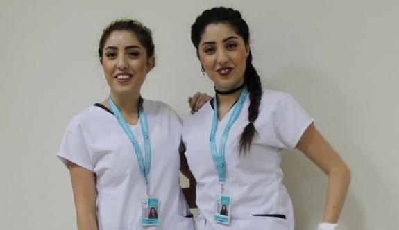Karaman Devlet Hastanesinde Görev Yapan İkiz Hemşireler Görenleri Şaşırtıyor