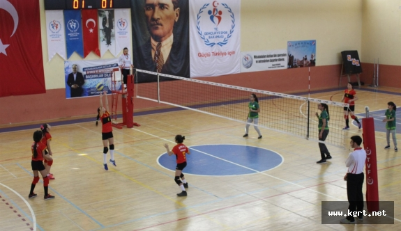 Minik Kızlar Voleybol'da Şampiyon Gençlik Spor A Takımı Oldu