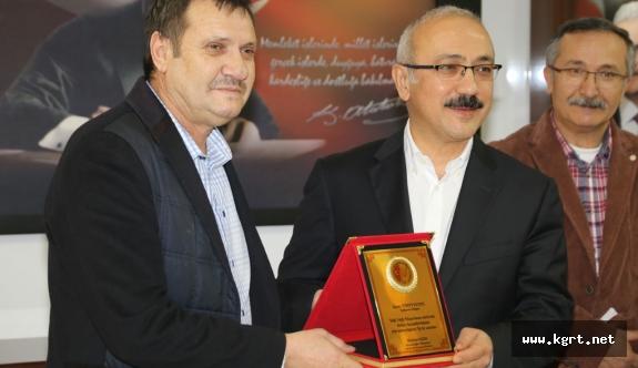 Basın Mensuplarından Bakan Elvan'a Teşekkür Plaketi