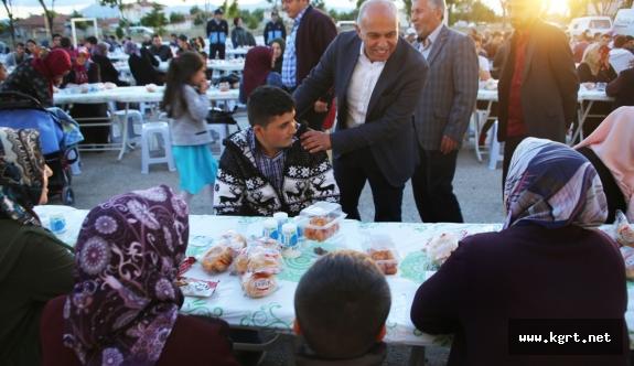Karaman Belediyesinin İlk İftar Sofrası Atatürk Mahallesi'nde Kuruldu