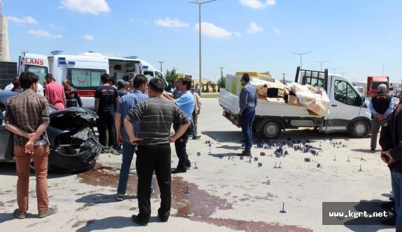 Karaman'da Kamyonet İle Otomobil Çarpıştı: 3 Yaralı