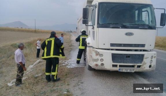 Balatadan Çıkan Dumanı Fark Eden Sürücü Kamyonu Yanmaktan Kurtardı