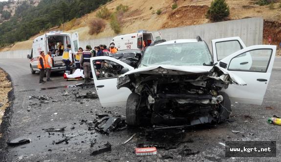 Mut İlçesinde İki Otomobil Kafa Kafaya Çarpıştı. 1 Ölü 4 Yaralı