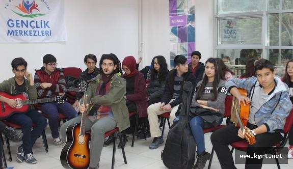 Gençlik Merkezi'nde Gitar Eğitimleri Devam Ediyor