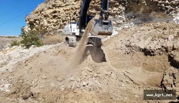 Yeşildere'de Kaya Düşmelerine Karşı Duvar Yapımı Ve Çelik Ağlarla Şevk Koruması Yapıldı