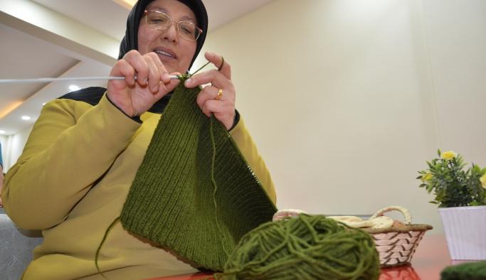 Karamanlı Kadınlar Mehmetçik'e Boyunluk Ördü