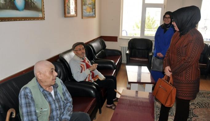 Hanımefendi Zehra Meral'den Huzurevi Sakinlerine Sürpriz Ziyaret