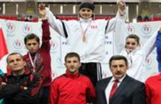 Türkiye Sampiyonu Boksör Altinla Ödüllendirildi