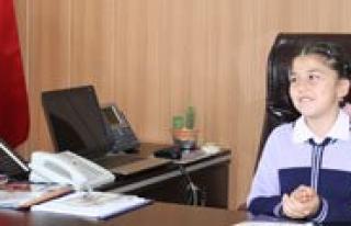 Minik Sinem, 23 Nisan'da Il Milli Egitim Müdürü...