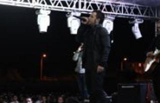 Emre Aydin'dan Iki Sarkilik Konser
