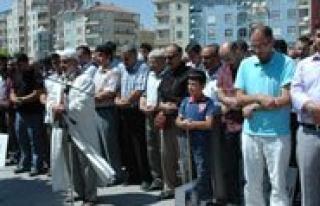 Misir'da Ölenler Için Giyabi Cenaze Namazi Kilindi