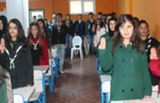 Gençler Mehmet Akif'i Andi