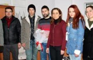Gençlik Merkezi Üyeleri Çalisan Gazetecileri Unutmadi...
