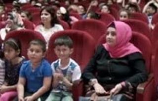 Çocuklar, Polis Amcalariyla Tiyatro Izledi