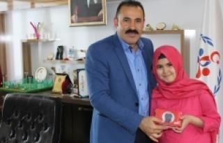 Ayşenur Eslem Kara, Memnuniyet Anketi Ödülü'nü...