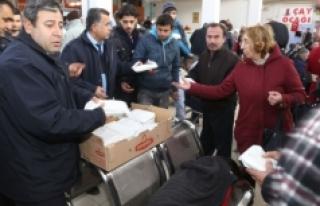 Belediye Otogarda Mahsur Kalan Yolculara İkramda...