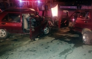 Otomobiller Kafa Kafaya Çarpıştı:1 Ölü, 3 Yaralı
