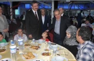Vali Tapsız, İyilik Sofrasında Mültecilerle Bir...