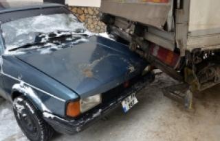 Buzlu Yolda Kayan Kamyon 2 Otomobile Çarptı