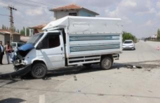 Minibüsle Kamyonet Çarpıştı: 2 Yaralı