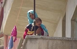 İki Çocuğuyla Balkonda Mahsur Kalan Afgan Kadını...
