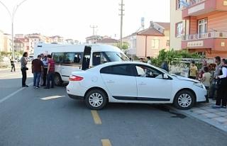 Otomobil İle Çarpışan Minibüs Yolun Karşı Şeridinde...
