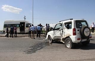 Servis Minibüsü İle Otomobil Çarpıştı: 8 Yaralı