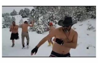 Soğuk Havada Kıyafetlerini Çıkarıp Eğlenen Beş...