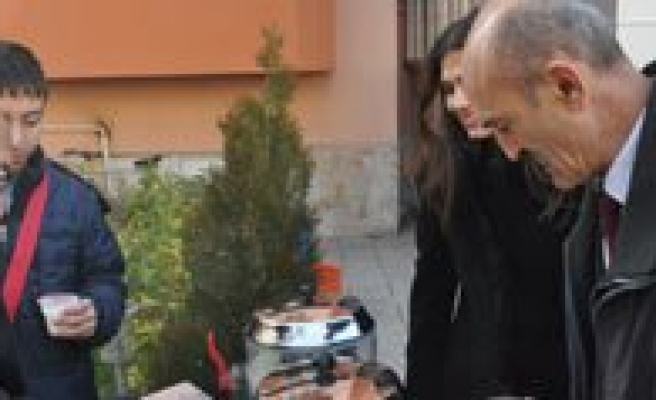 Er-Erdem Pastanesi'nden Sahlep ve Kandil Simidi Ikrami