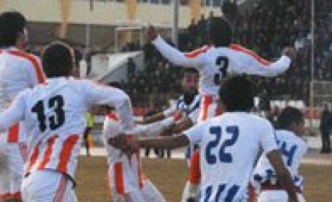 Karamanspor Sampiyon Adayi Erzinspor'u 2 Golle Devirdi