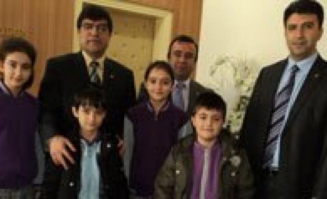 Istiklal Ilkögretim Okulu Ögrencileri'nden Aksoy'a Ziyaret