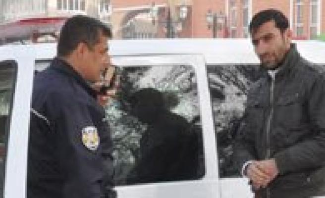 Yolda Buldugu Altin Ve Para Dolu Çantayi Polise Teslim Etti