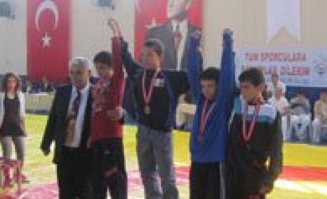 Okullararasi Güres Yarismalarinda 3 Sporcu Dereceye Girdi