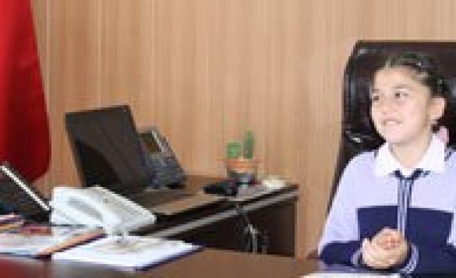 Minik Sinem, 23 Nisan'da Il Milli Egitim Müdürü Oldu