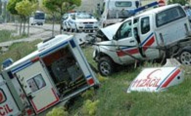 Cezaevi Nakil Araci Ile Ambulans Çarpisti: 7 Yarali