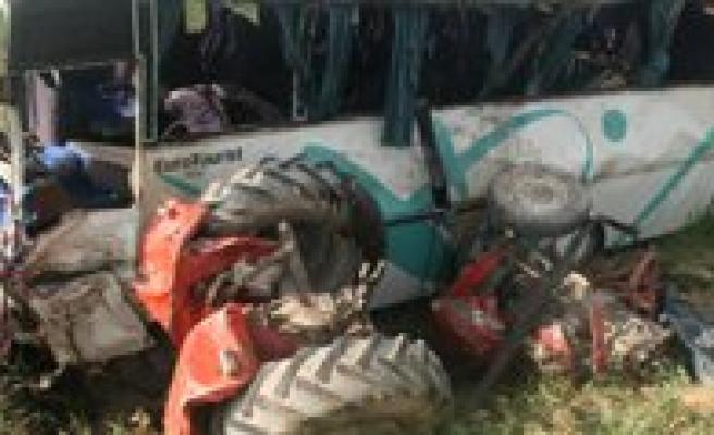 Servis Midibüsü Traktörle Çarpisti: 2 Ölü, 19 Yarali