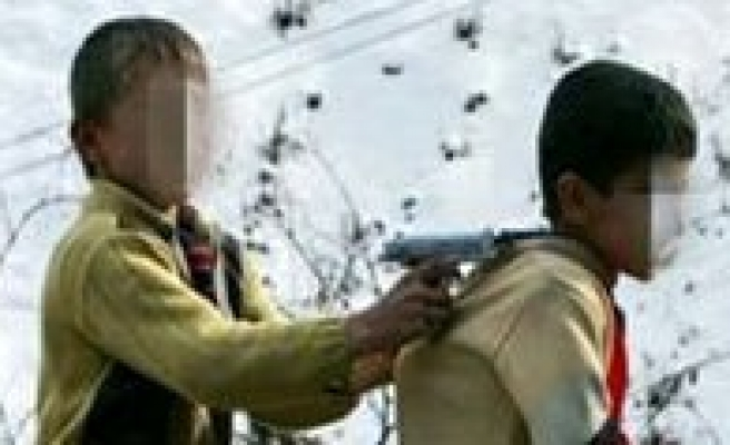 8 Yasindaki Çocuk Kazayla Kardeslerini Vurdu