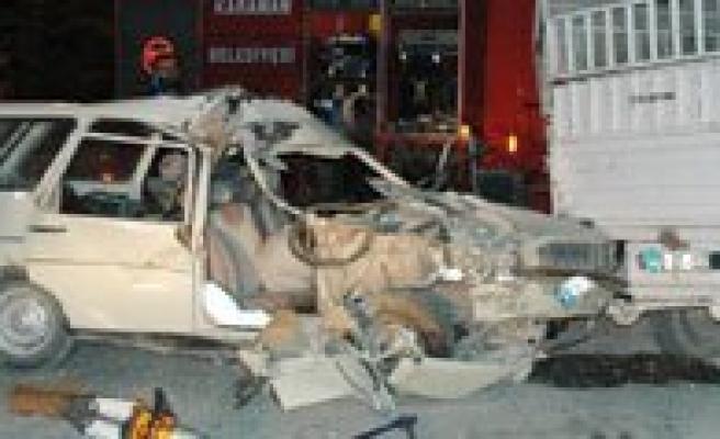 Otomobil Park Halindeki Kamyonete Çarpti: 1 Ölü, 1 Yarali