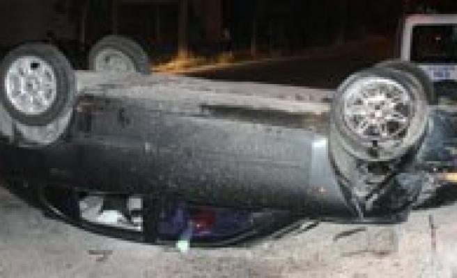 Kontrolden Çikan Otomobil Devrildi: 4 Yarali
