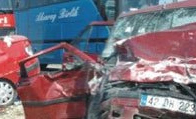 Iki Otomobil Kafa Kafaya Çarpisti: 1 Ölü 4 Yarali