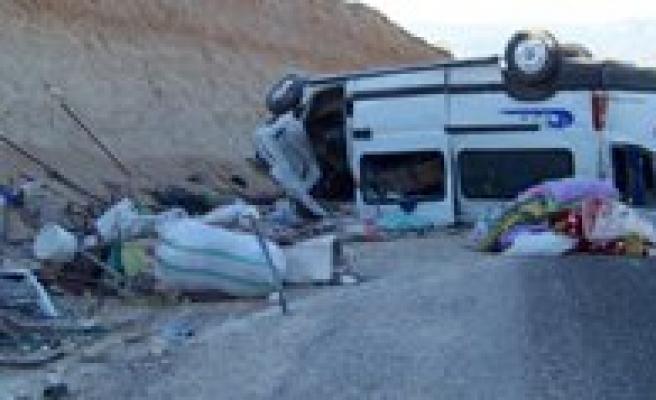 Isçileri Tasiyan Minibüs Sarampole Devrildi: 2 Ölü, 9 Yarali