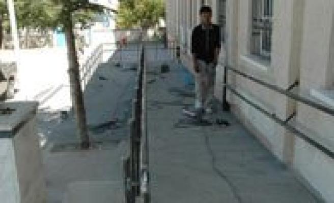 Okullara Engelli Rampasi Yapiliyor