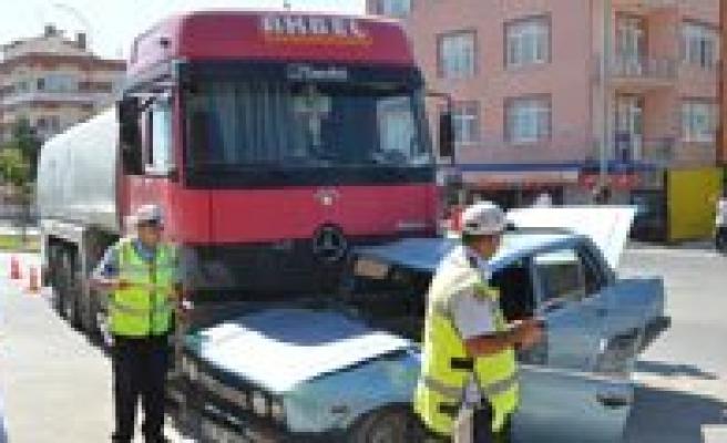 Süt Tankeri Otomobile Çarpti. Sürücü Agir Yaralandi