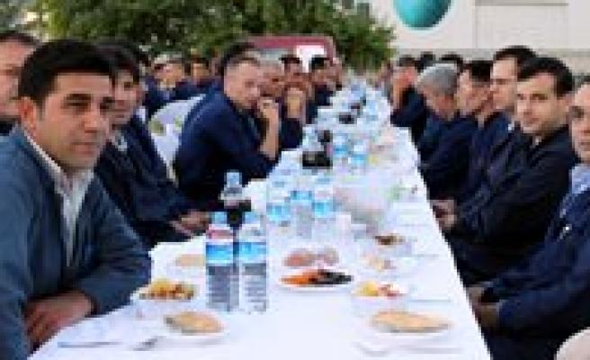 Simsek Bisküvi'den Çalisanlarina Iftar