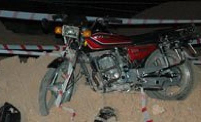 Motosiklet Kum Yiginina Çarpti: 2 Yarali