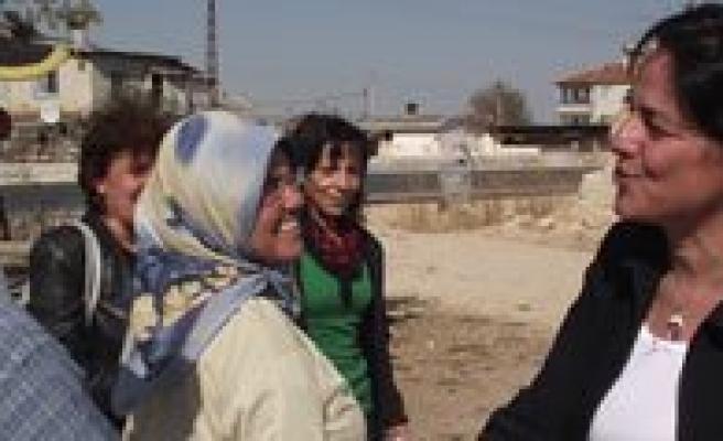 Ünver'e Kadin Seçmenlerin Ilgisi Yogun