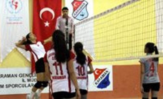 Okullar Arasi Gençler Voleybol Müsabakalari Basladi