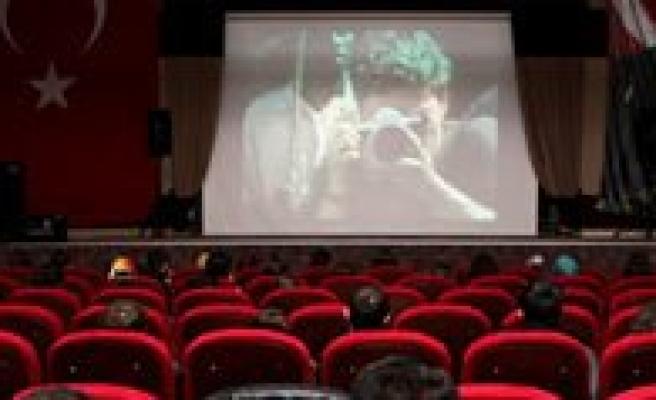 Savas Fotografçilarinin Filmi Kmü'de Gösterildi